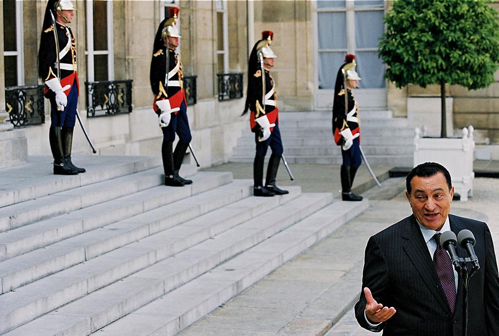Jacques Chirac francia elnök fogadja Hoszni Mubarakot a párizsi Elysee palotában 2002. július 25-én.