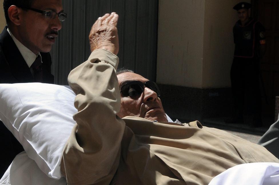 2012. június 2-án a bíróság életfogytiglani börtönbüntetésre ítélte Hoszni Mubarakot, akit felelőssé tettek a tüntetések 18 napja alatt megölt 846 ember haláláért. A súlyosan beteg Mubarakot hordágyon vitték be a tárgyalóterembe.