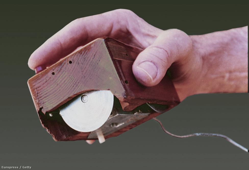 Az első egér. Douglas C. Engelbart 1968-as találmánya máig az ember és a gép közti kommunikációt segítő perifériák egyik legfontosabbika.