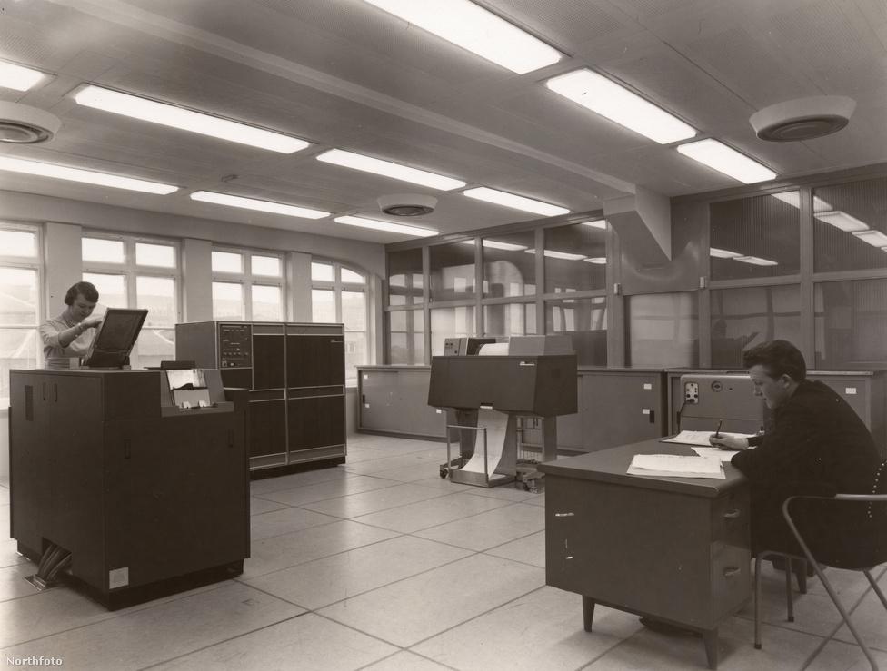 1962. Üzemben a yorkshire-i Rowntree gyár új IBM kompjúterei.