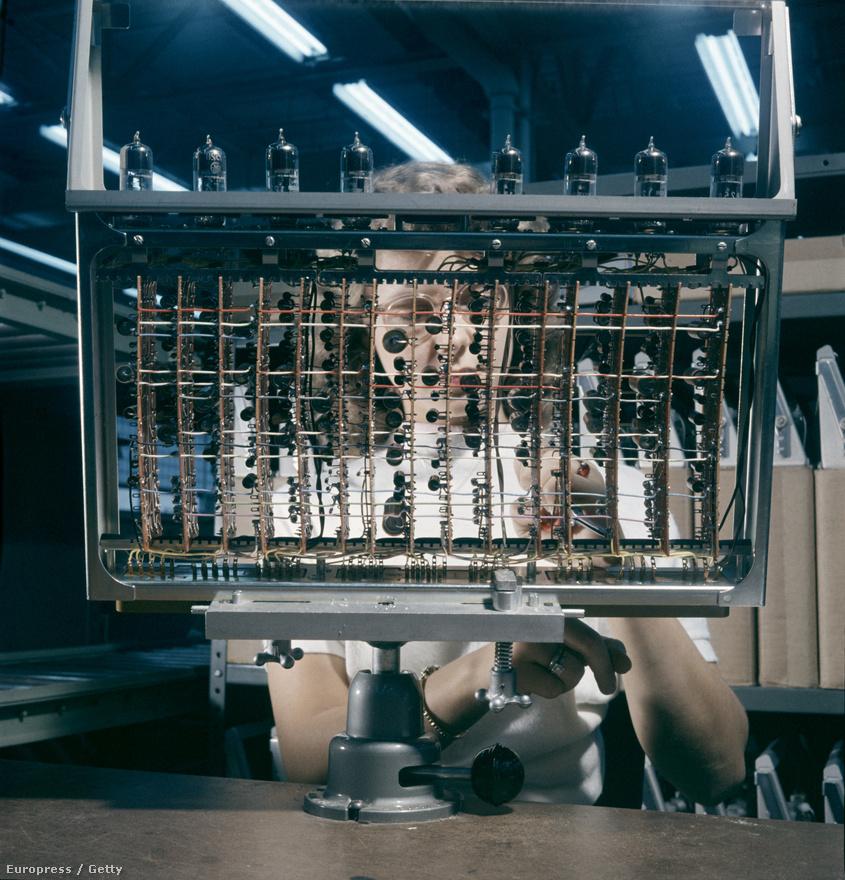 1957. Számítógépek teret hódítanak. a haditechnikában: egy AN/FSQ-7-es számítógép egyik alkatrészén dolgozik egy nő a New Jersey-i McGuire légitámaszponton. Az AN/FSQ-7 a Semi-Automatic Ground Environment (SAGE) légvédelmi rendszer agya volt.