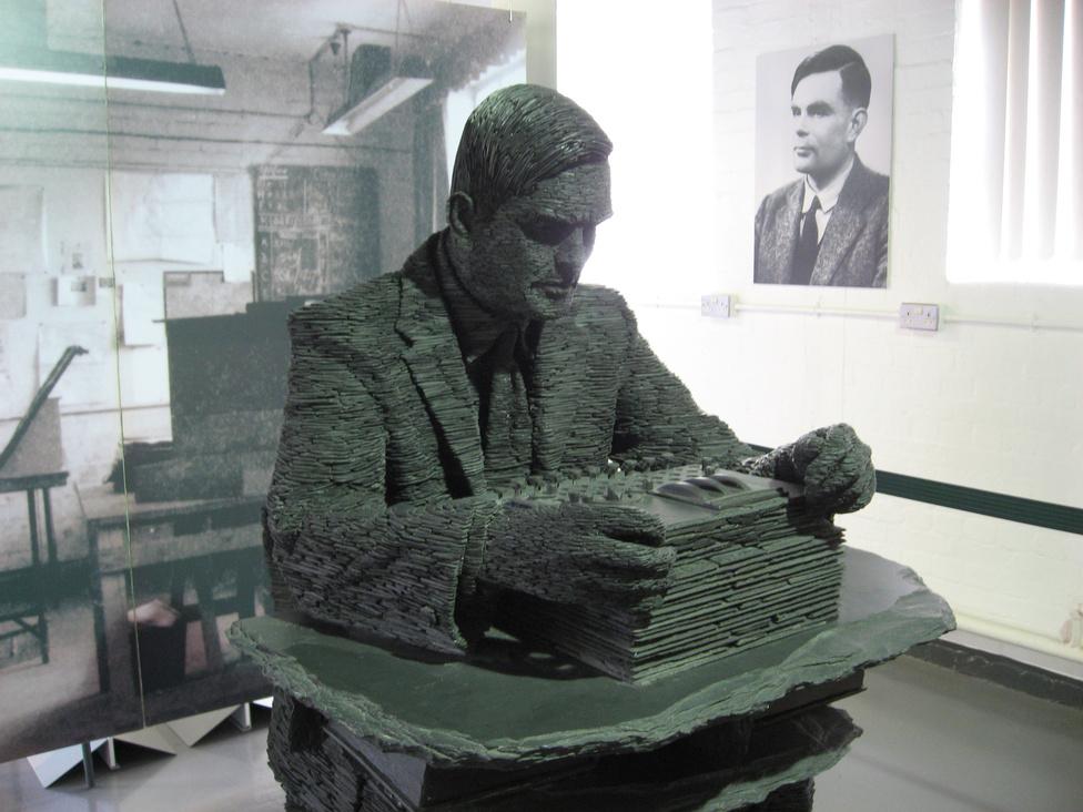 Alan Turing szobra. Stephen Kettle alkotása a Nemzeti Számítástechnikai Múzeumban látható, Bletchley-ben, Nagy-Britanniában.