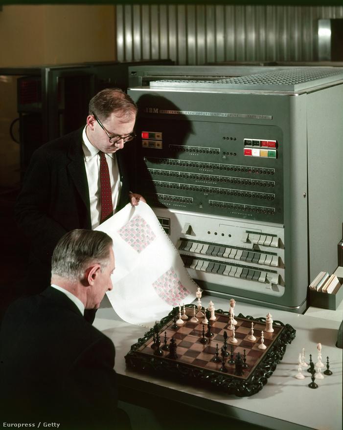 1957. Két IBM alkalmazott figyeli, hogy a cég Electronic Data Processing Machine Type 704 nevő számítógépe hogyan birkózik meg egy sakkfeladvánnyal. Negyven év múlva az IBM gépe döntetlent játszik Garri Kaszparovval.