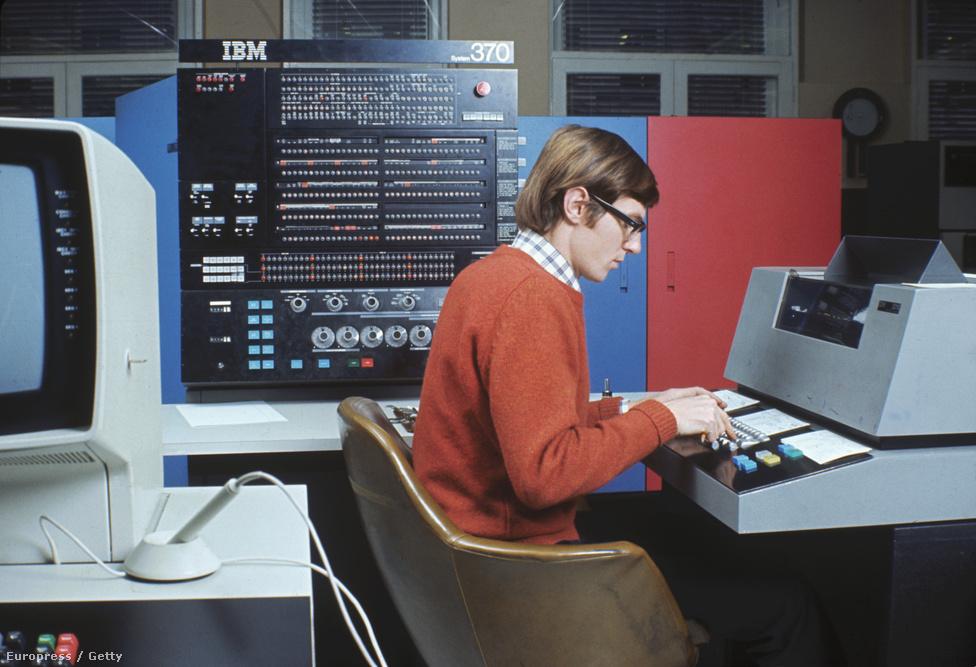1970-es évek: az IBM System/370-es számítógépközpontja. Ez volt az első számítógép, ami virtuális memóriával volt felszerelkezve.