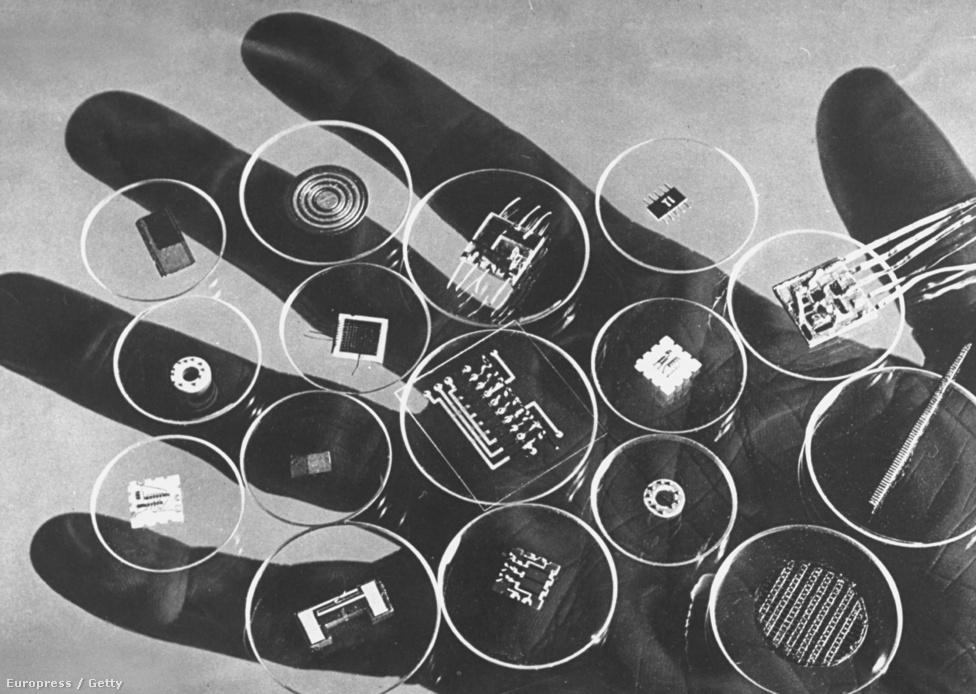 1960. A miniatürizálás kezd felfutni: kompjúter-alkatrészek egy tenyéren.