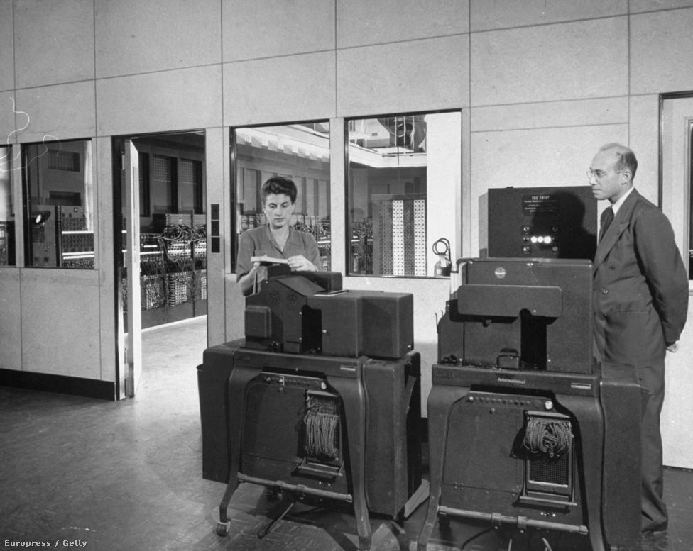 1947. Egy korai számítógép és két kezelője. A nő táplálta be az adatokat a gépbe, az output értékelését a férfi végezte.