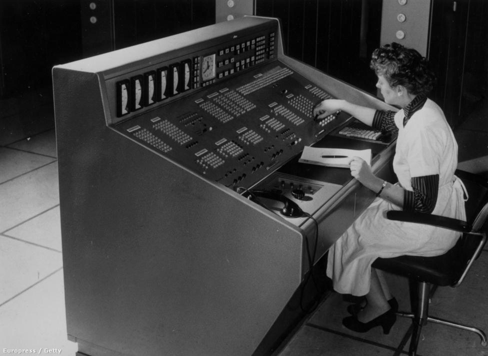 1958. január 28. Egy német csomagküldő cég elektronikus agyát kezeli egy alkalmazott. A gép beolvasta a levélben érkező megrendelések adatait, összevetette a raktárkészlet adataival és értesítette az illetékes osztályokat a befutó rendelésekről.