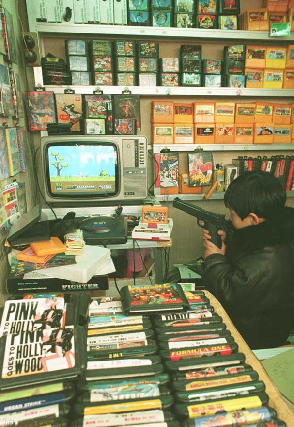 1994. december 21. Számítógépes és konzoljátékok kalózmásolatai egy pekingi boltban. Az Egyesült Államok becslése szerint ezidőtájt évi egymilliárd dollár veszteséget okoztak a kínai hamisítványok az amerikai nemzetgazdaságnak.