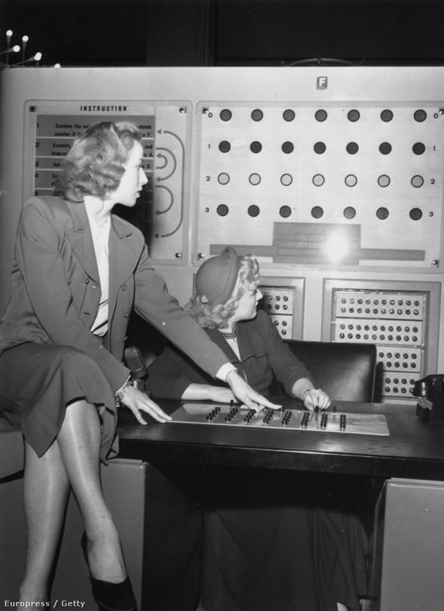 """1951. június 14. Tudományos bemutató Londonban Wanda Altar és Rae Berry színésznők """"Nim"""" nevű játékot játszanak a  Ferranti Nimrod nevű digitális számítógépen. A Nim a programozás alapjaiba bevezető játékos program volt."""