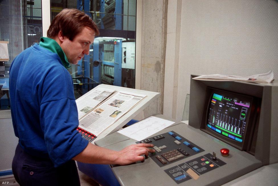 1989. február 7. Számítógépes fényszedőgéppel készült a Monde de la Révolution Francaise első színes száma.