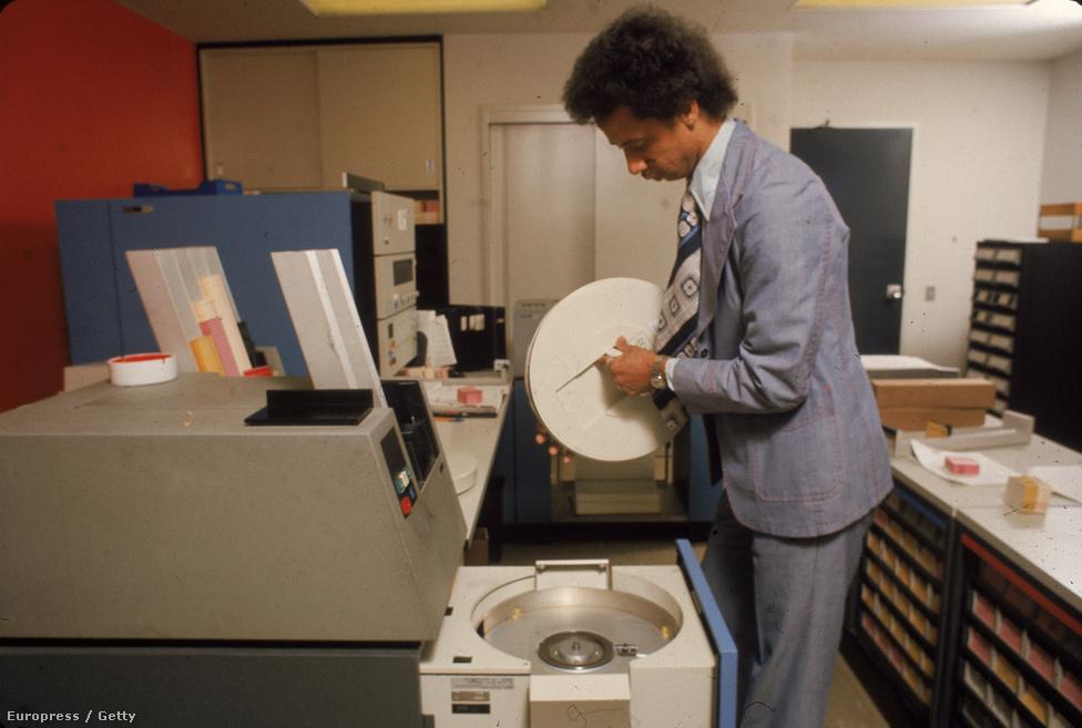 1975. Mágnesszalagos háttértároló.