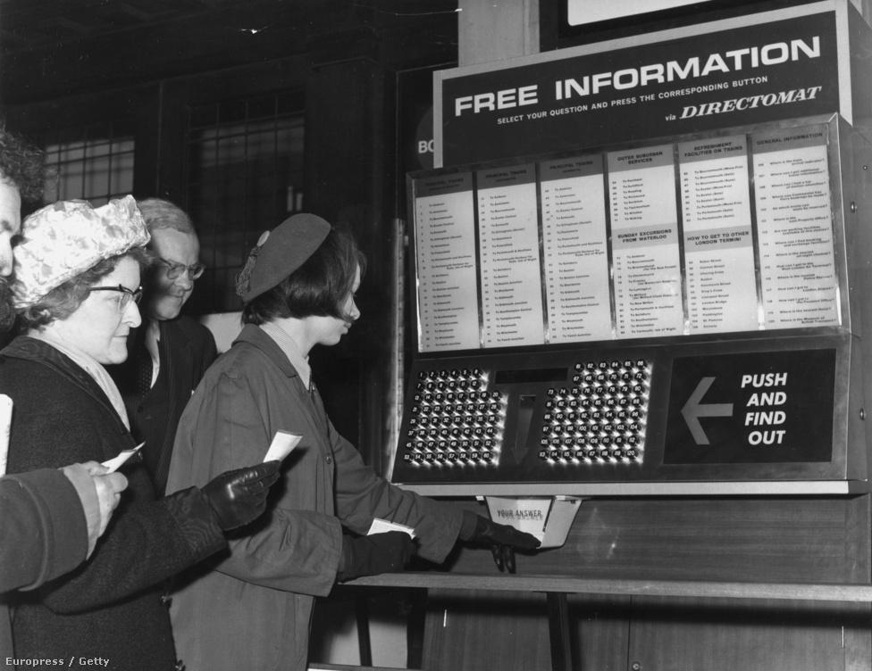 """1965. március 22. Directomat, az """"instant információs gépezet"""" a londoni Victoria pályaudvaron. A gép 120 előre beprogramozott kérdésre tudott válaszolni."""