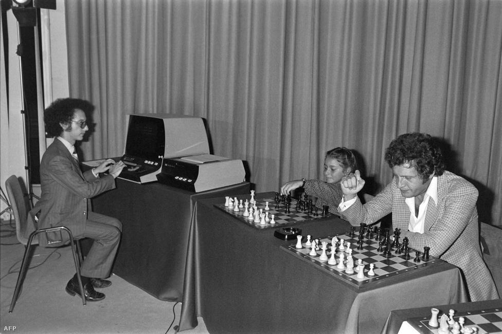 1979. szeptember 24. Joe Dassin francia énekes és Larry Atkin sakkprogramozó küzdelme a párizsi kongresszusi palotában. Atkin Sakk nevű programja rendkívül népszerű volt a hetvenes években.