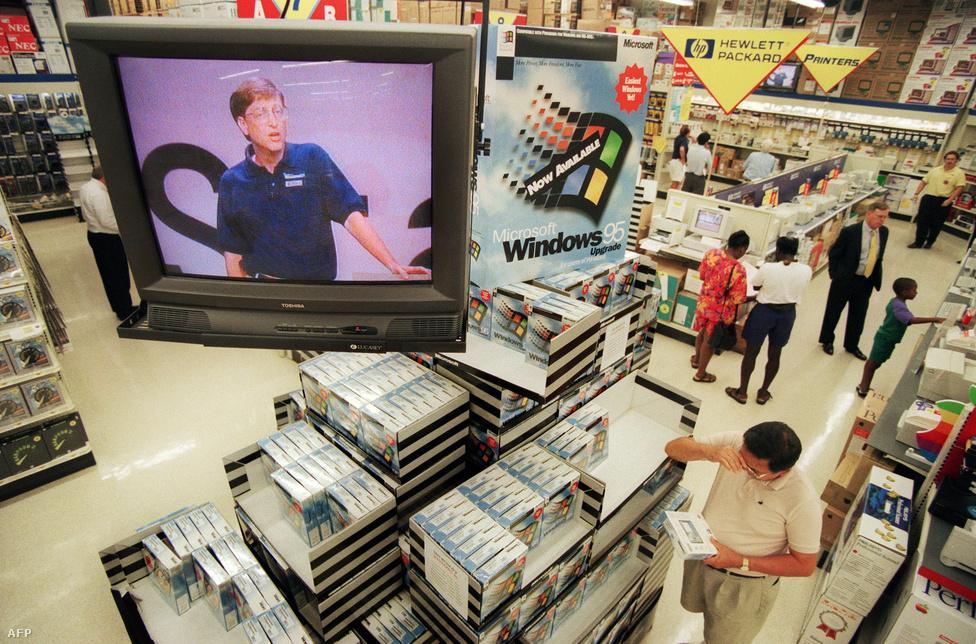 1995. augusztus 24. Boltokban a Windows 95, a  Microsoft legújabb operációs rendszere. Ebben a bécsi áruházban maga Bill Gates biztatja vásárlásra az embereket.