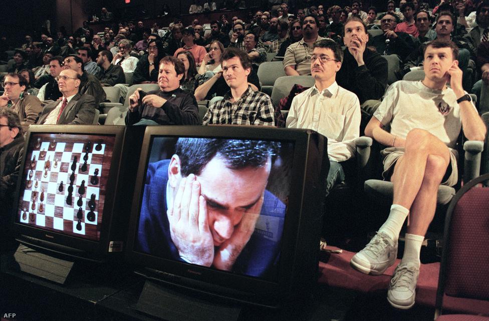 1997. május 6.  Garri Kaszaprov sakkvilágbajnok gondban. Az IBM Deep Blue nevő számítógépe ellen vívott játszma döntetlenre végződött.