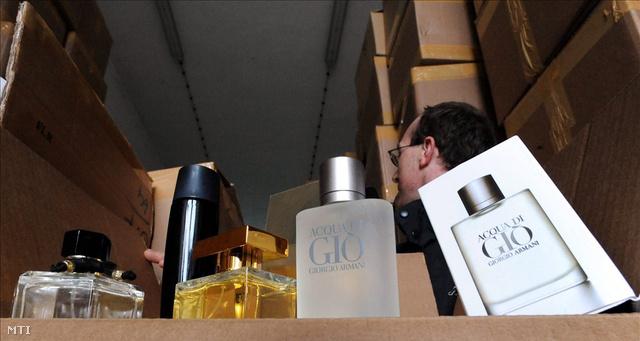Hamis parfümök a Vám- és Pénzügyőrség ártándi hidegraktárában, abból a mintegy 850 millió forint értékű készletből, amelyet a pénzügyőrök Püspökladánynál foglaltak le.