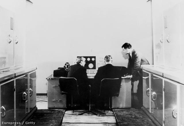 1951. Alan M. Turing és kollégái a Ferranti Mark I kompjúteren dolgoznak. A fegyverek és elektronikus berendezések gyártásával foglalkozó brit céget a kormány bízta meg a számítógép kifejlesztésével. A Ferranti Mark I az 1946-ban épített Manchester Mark I számítógép továbbfejlesztett változata volt.
