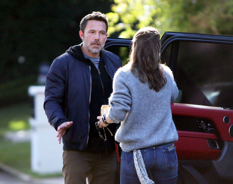 A fotók szerint a színész próbálta csitítani Garnert, de ő nem fogadta jól a békülési szándékot.