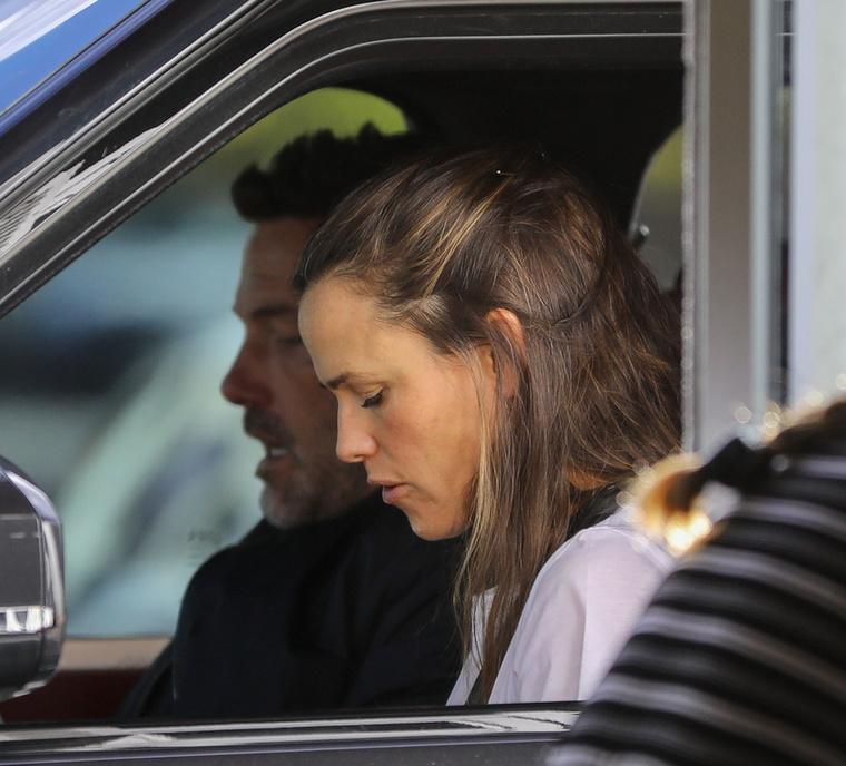 Végül csak beültek egymás mellé a kocsiba, majd egy hotel mellett álltak meg, amely kissé távol esik a színésznő házától.