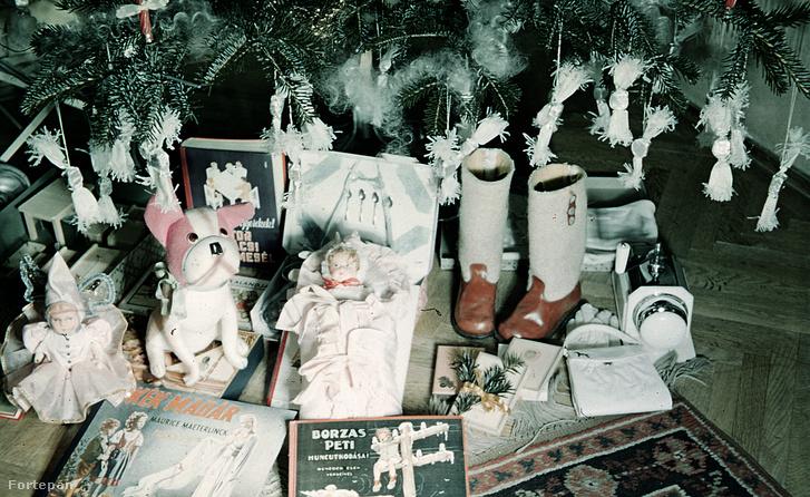Karácsonyi ajándékok a fa alatt az 1940-es években