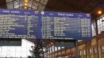 Lejárt a mozdonyvezető munkaideje, megállt a vonat Csomádon