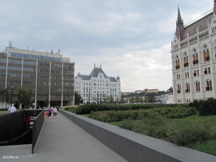 MTESZ-székház és az Országház 2015-ben. Az 1969-ben a Magyar Kereskedelmi Kamara számára tervezett, és 1972 decemberében átadott irodaház volt az egyetlen nem historizáló stílusú épület a Kossuth Lajos téren.