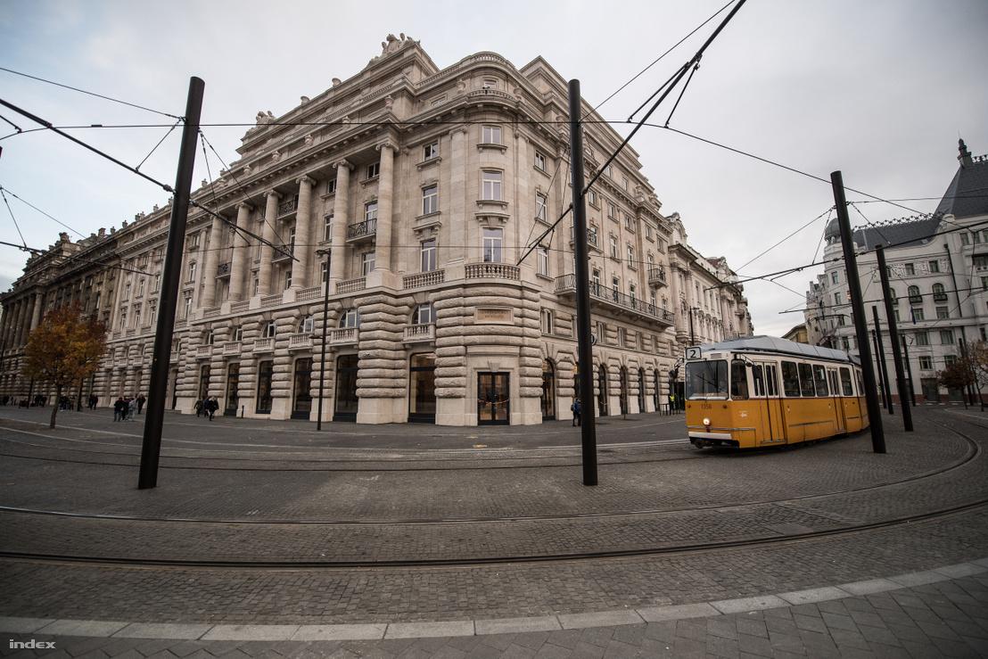 A lebontott MTESZ-székház helyén Szabad György Irodaház. A Kossuth tér felé néző (a képen baloldali) homlokzat a Hültl-féle tervet követi. A dunai oldalt a tömb Vértanúk terére néző homlokzata alapján tervezték meg, de nem annak másolata, hanem egy teljesen új terv. Hültl erre az oldalra nem is készített homlokzati koncepciót.