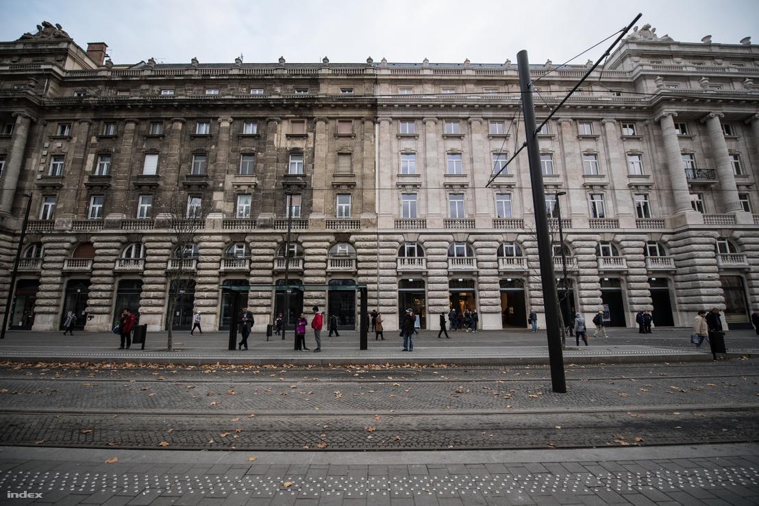 Olyan, mintha egyetlen ház lenne a Kossuth tér déli oldala, aminek csak a fele van felújítva. Pedig a háztömb baloldali fele valójában két ház, az egyik 1929-ben, a másik 1937-ben készült el. A jobboldali, világos fele teljesen új építésű