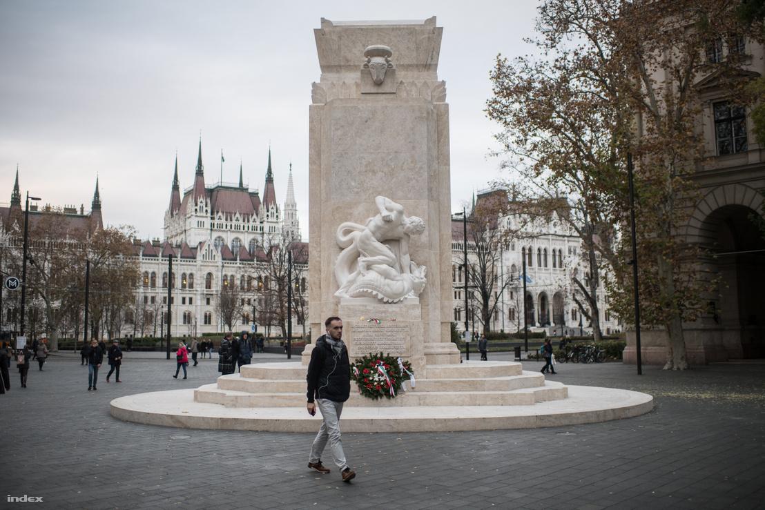 Az emlékmű hátoldalát a Sárkányölő szoborcsoportja díszíti, amely korabeli értelmezés szerint a kommunizmussal viaskodó magyarságot jelképezte. Az eredeti tábla az emlékművet állíttató egyesületre utalt, az új viszont az 1945 utáni pártállami diktatúra áldozataira.