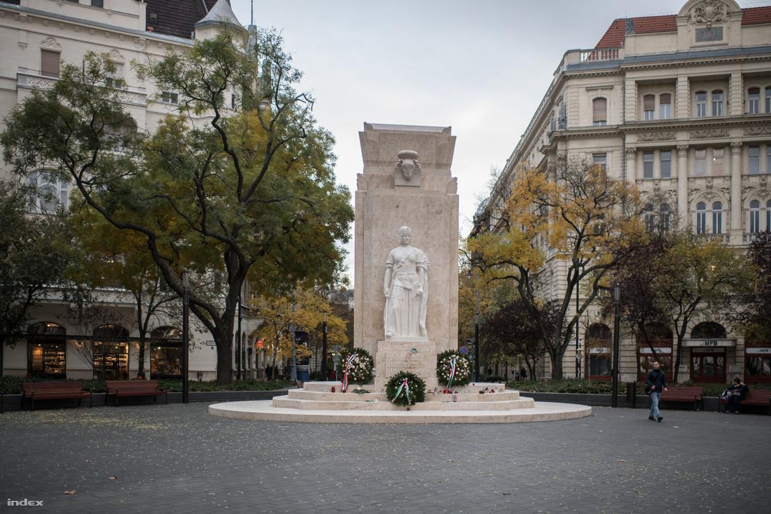 A Vértanúk terén álló emlékmű a Kossuth tér felől nézve. Az eredeti szobor Füredi Richárd, az építészeti rész Lechner Jenő alkotása volt, az új szobrokat Elek Imre alkotta. A koronás nőalak Hungária, vagyis Magyarország megszemélyesítése, a szarkofág alatti lángtartót a nagyszentmiklósi kincs ivócsanakjáról mintázták.