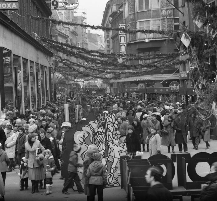 1981-ben így nézett ki az Adventi és Karácsonyi Vásár a Vörösmarty téren a Váci utca felől nézve. Már akkor is rengeteg ember volt az utcán.