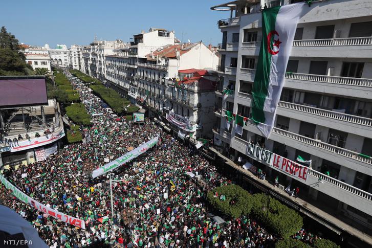 Tüntetők követelik Abdel-Azíz Buteflika algériai elnök lemondását Algírban 2019. március 29-én. A 82 éves államfő március 11-én bejelentette hogy bizonytalan időre elhalasztja az eredetileg április 18-ra a kitűzött elnökválasztást