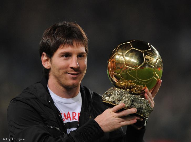Lionel Messi első aranylabdájával