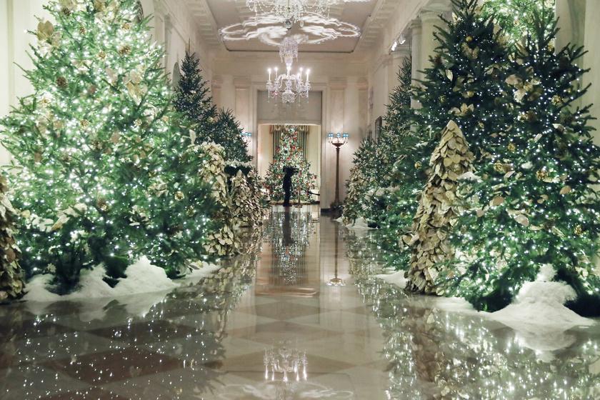 A Fehér Ház előcsarnokában gyönyörű, díszes fenyőfák állnak.