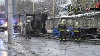 Teherautó zuhant az útról a Petőfi laktanya elé