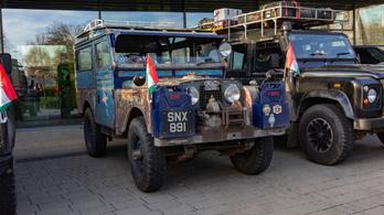 64 éves Land Roverrel Szingapúrból Angliába