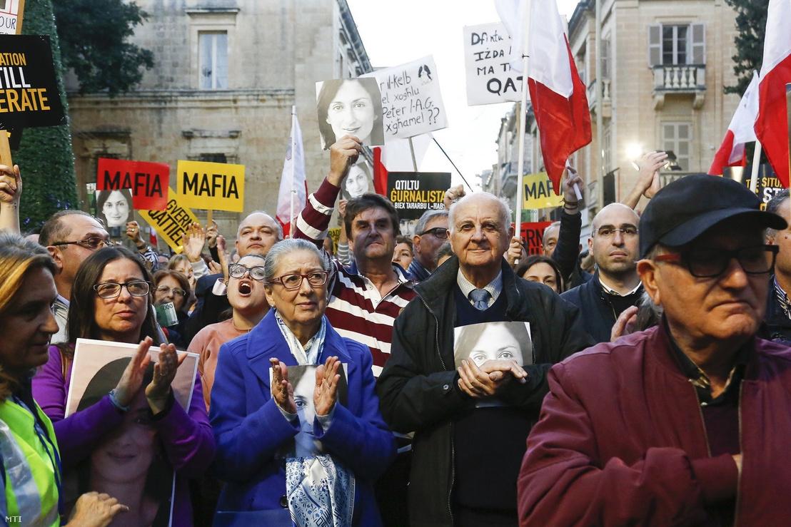 Rose és Michael Vella (k) a meggyilkolt oknyomozó újságíró Daphne Caruana Galizia szülei a Joseph Muscat máltai miniszterelnök lemondását követelõ tüntetõk között Vallettában 2019. december 1-jén.