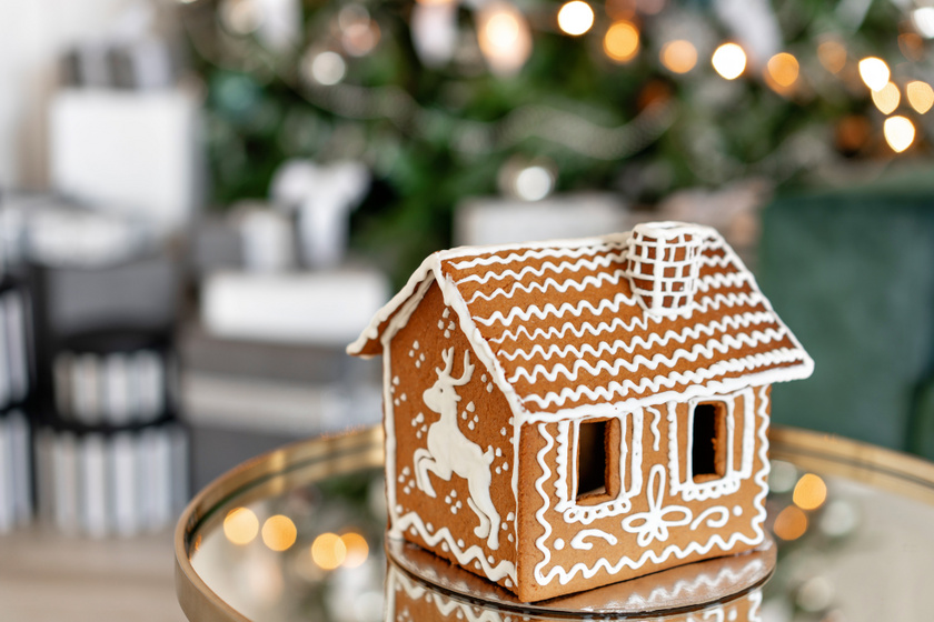 A legegyszerűbb mézeskalács-házikó négy oldalból és egy tetőből áll. A cukormázzal egyszerű, mégis látványos díszítést pingálhatsz rá.
