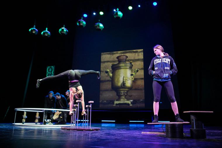 Szonya (Tarba Patrícia) és Anyuska (Hanusz Dóra) ebben a jelenetben szintén nem szavakkal, hanem mozdulataikkal jelenítik  meg a karakterüket
