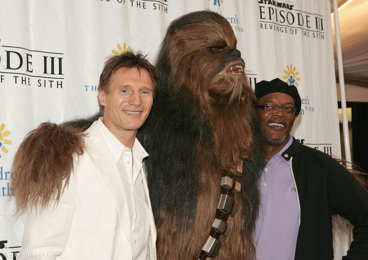 Lian Neeson és Samuel L. Jackson egy Csubakka-jelmezes statisztával