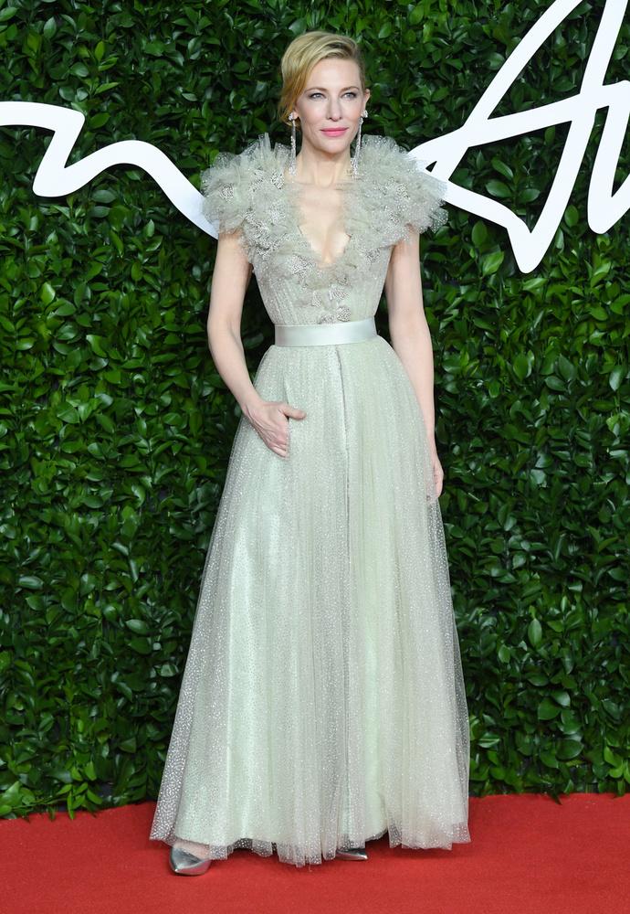 Cate Blanchett bár nem ünnepi, de annál téliesebb ruhát választott