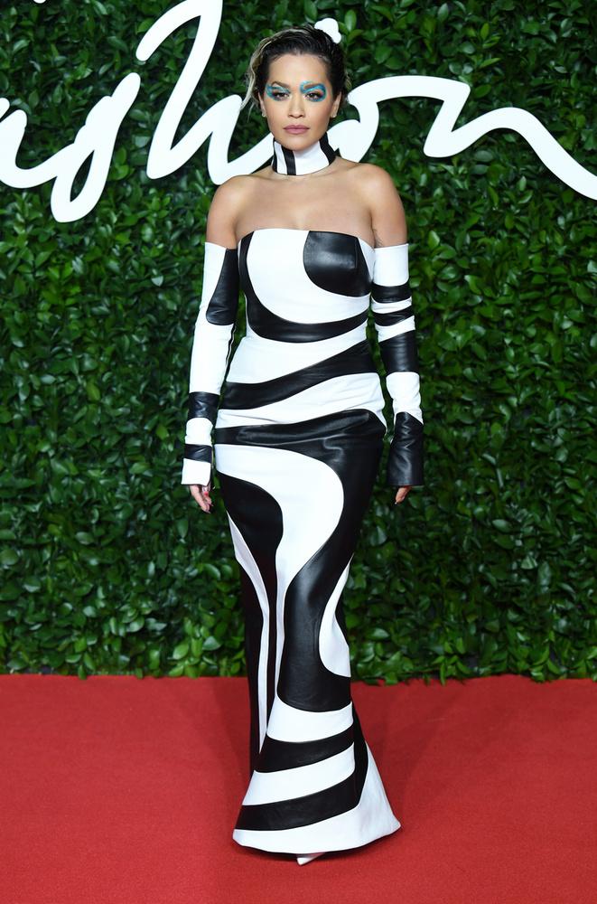 Rita Ora öltözéke is kellőképpen különös volt
