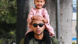 John Legend kislányával a nyakában cukiskodott
