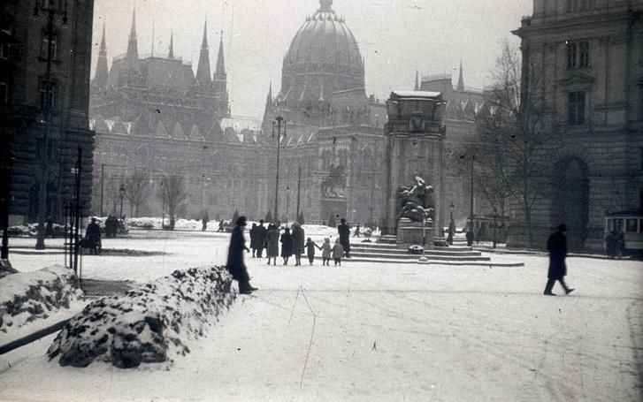 A Vértanúk tere az eredeti emlékművel 1940 telén. Az 1934-ben felavatott emlékmű csak egy bő évtizedig állt ezen a helyen: 1945 szeptember végén ledöntötték, mint a megbukott Horthy-rendszer egyik szimbólumát. A szobordöntést film is megörökítette.