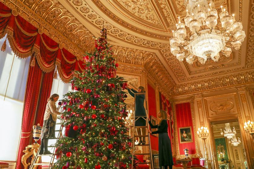 A királyi család alkalmazottai az utolsó simításokat végezték a négy és fél méteres fa díszítésénél. Csodaszép lett.