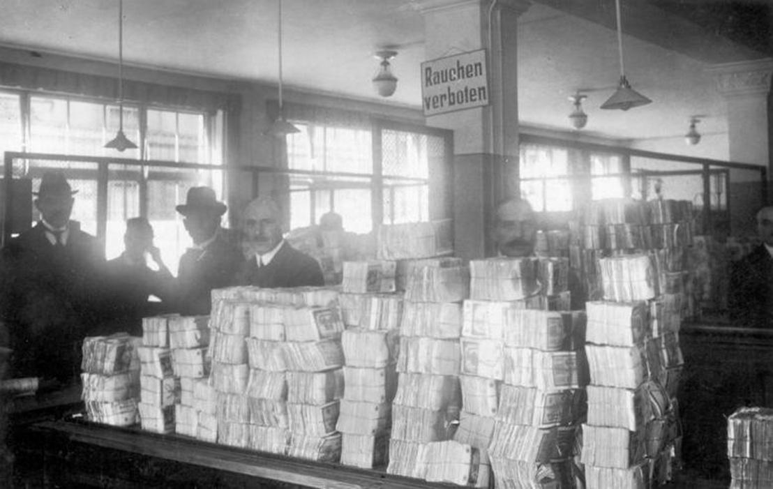 Bundesarchiv Bild 183-R1215-506, Berlin, Reichsbank, Geldauflief