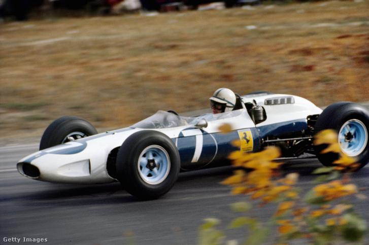 John Surtees 1964-ben a kék-fehér Ferrariban