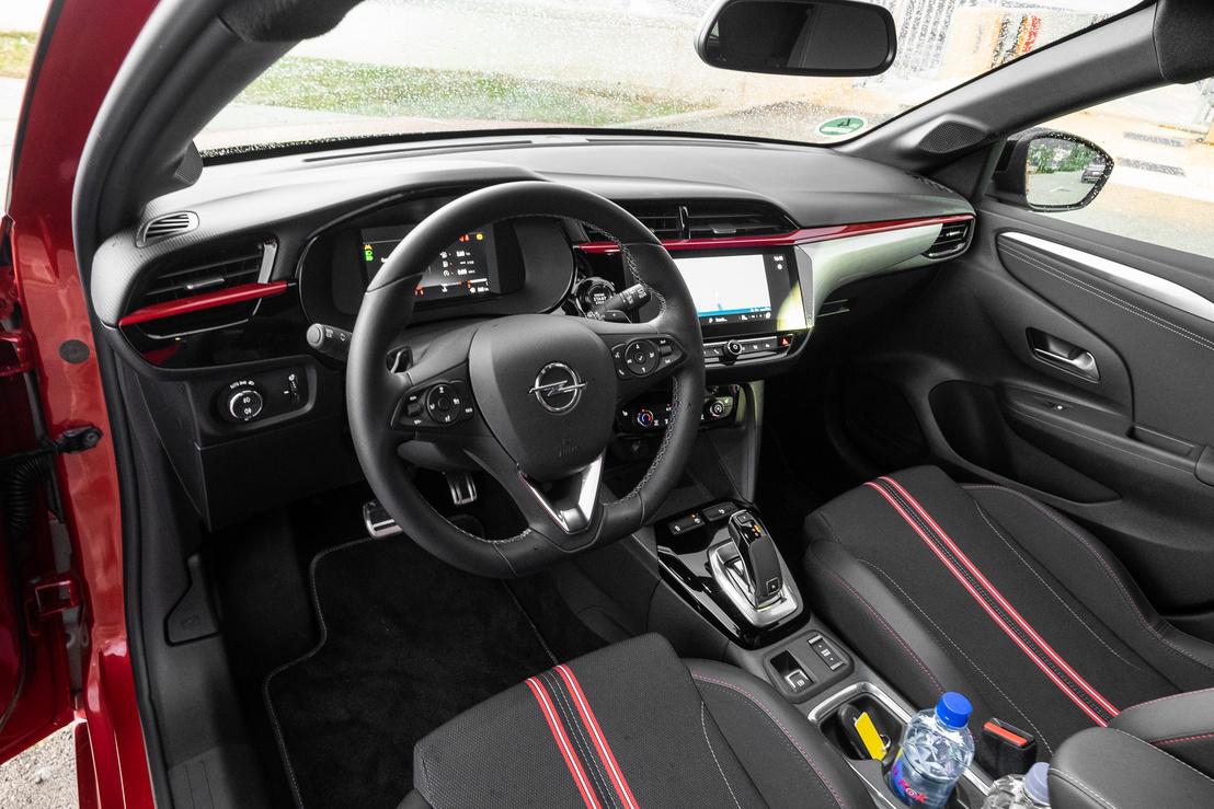 A műszerfal teljesen az Opel műve, ettől erősen astrás is