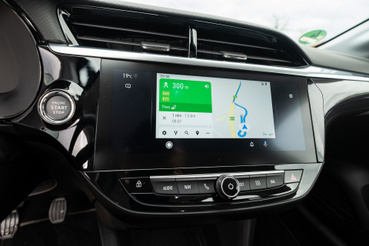 Ez most épp az autó saját navigációjának a képe. Mehet egyenesen a telefonról is