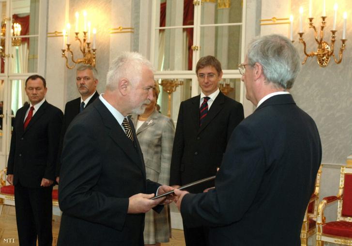 Kincses Gyula az Egészségügyi Minisztérium államtitkára amikor átveszi kinevezési okmányát Sólyom László köztársasági elnöktől a Sándor-palotában.